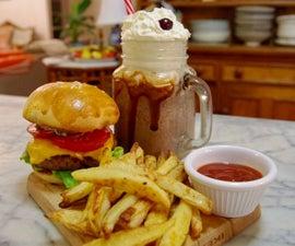 晚餐风格的汉堡,薯条和奶昔在家里