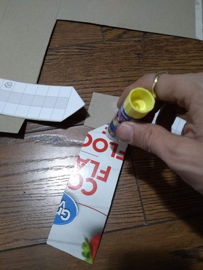 Picture of Apply Glue to the Lower Side of Each Strip in the Triangular Area