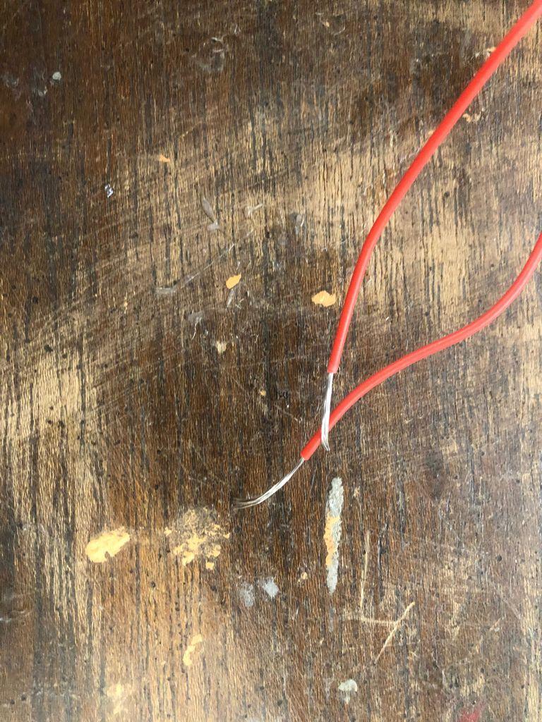 Picture of Recortando Fios Elétricos Vermelho E Preto