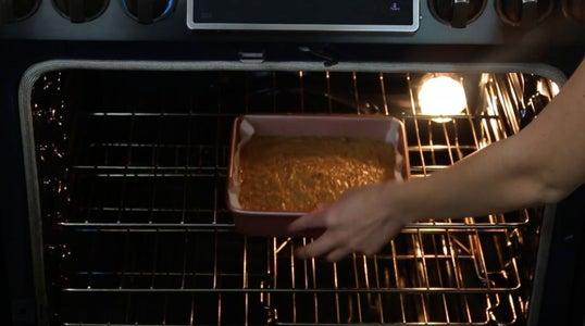 烘烤和冷却Blondies