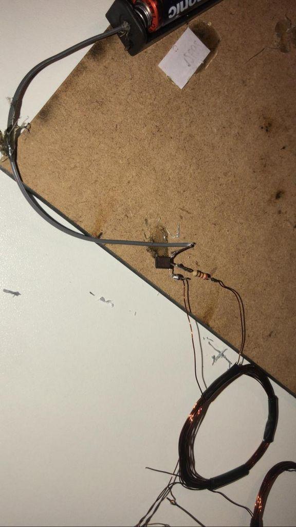 Picture of Ligação Do Fio Negativo Do Porta Pilha Com O Transistor