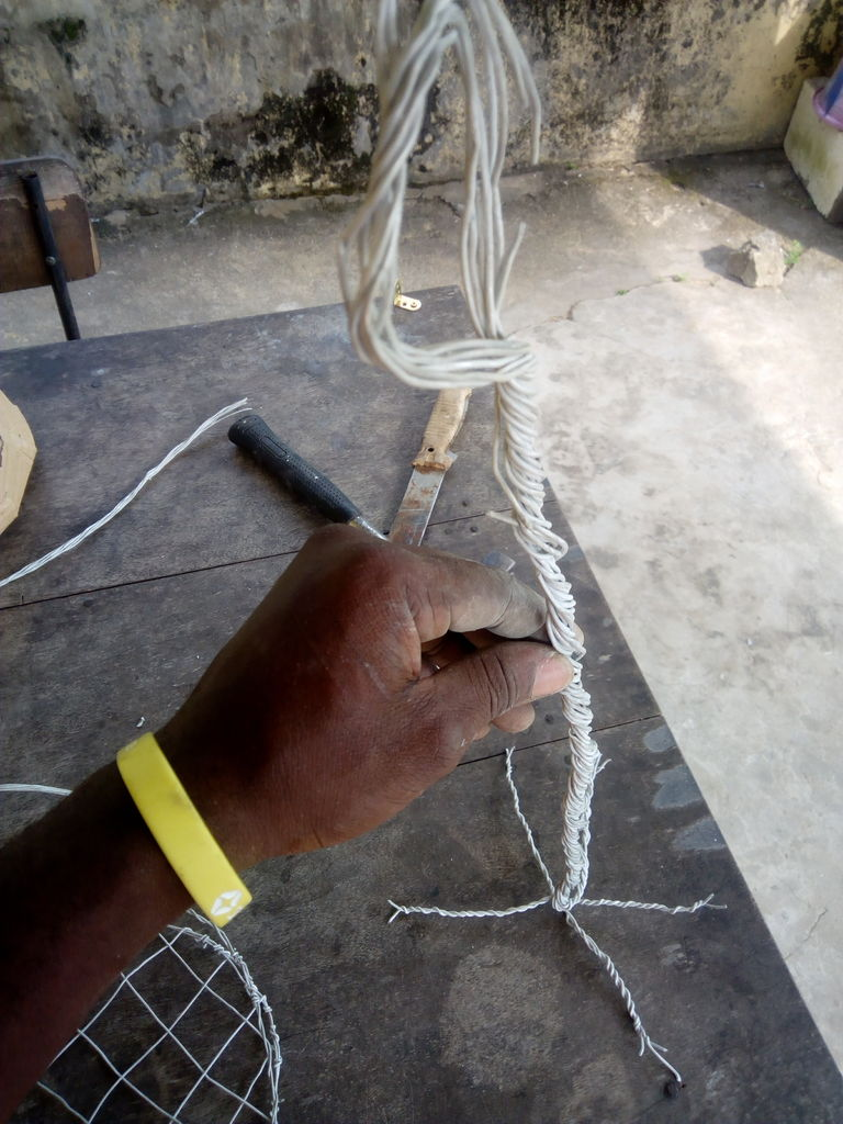 Picture of WEAVING THE SUPPORT FRAME AND CASTING