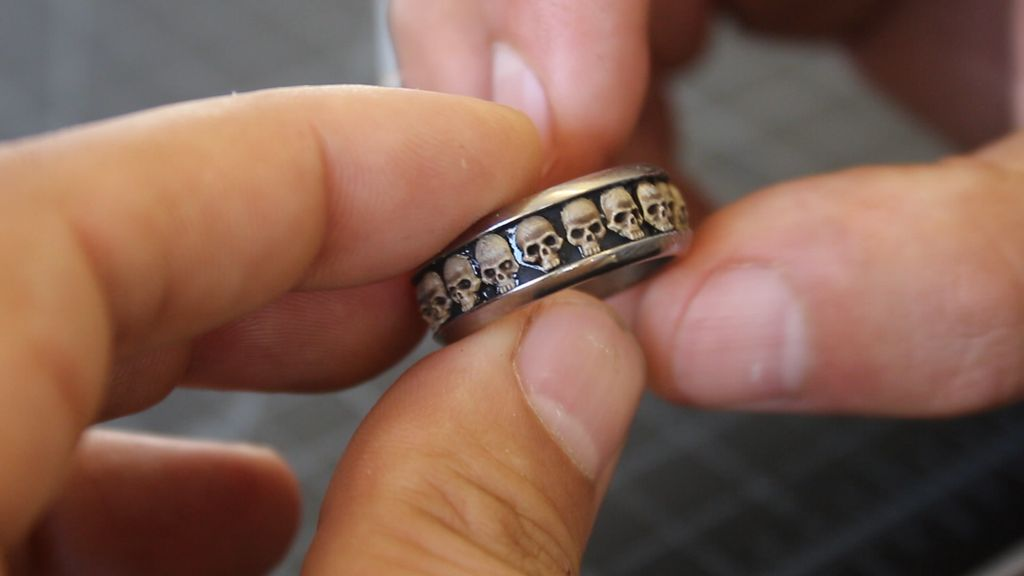 Picture of Inlaying the Skulls Into the Ring