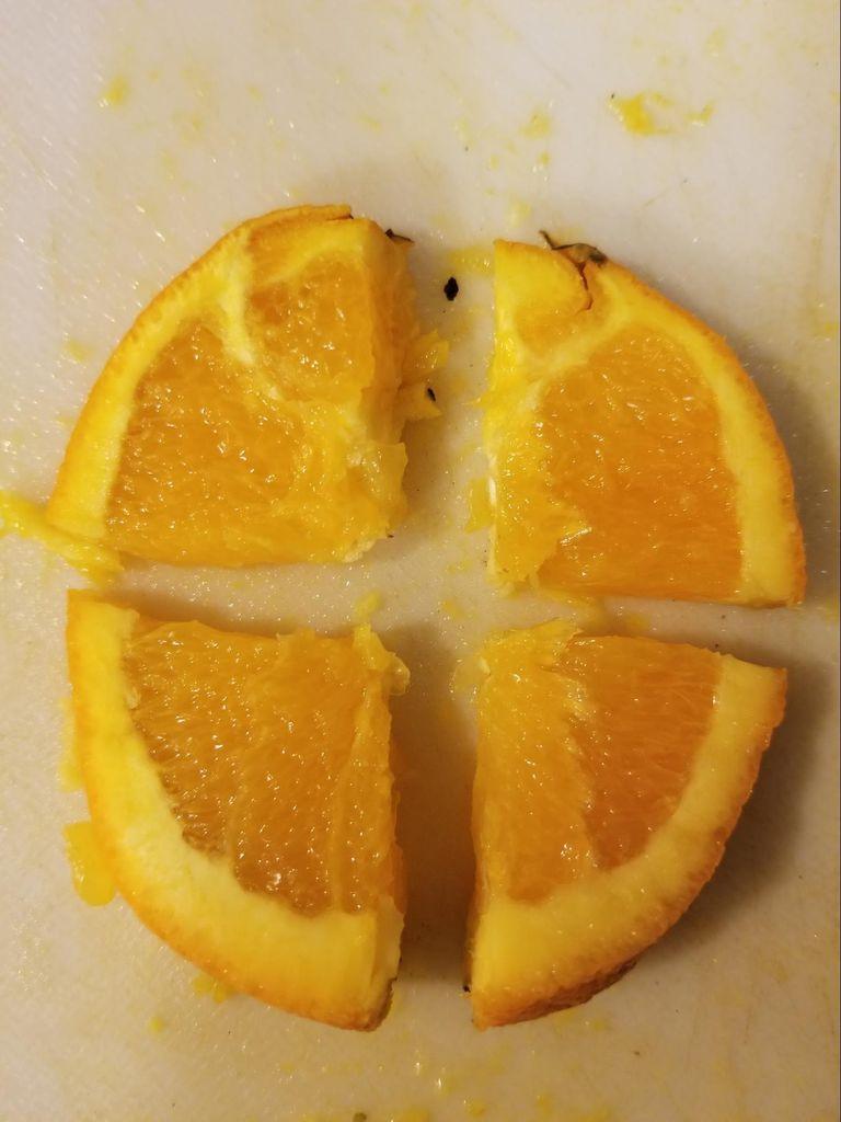 Picture of Cut Orange Slice Into Quarters