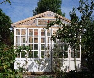 由老窗口制成的大便宜的玻璃温室