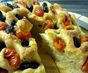 亚美卢利亚的Focaccia软的面包用橄榄和樱桃蕃茄