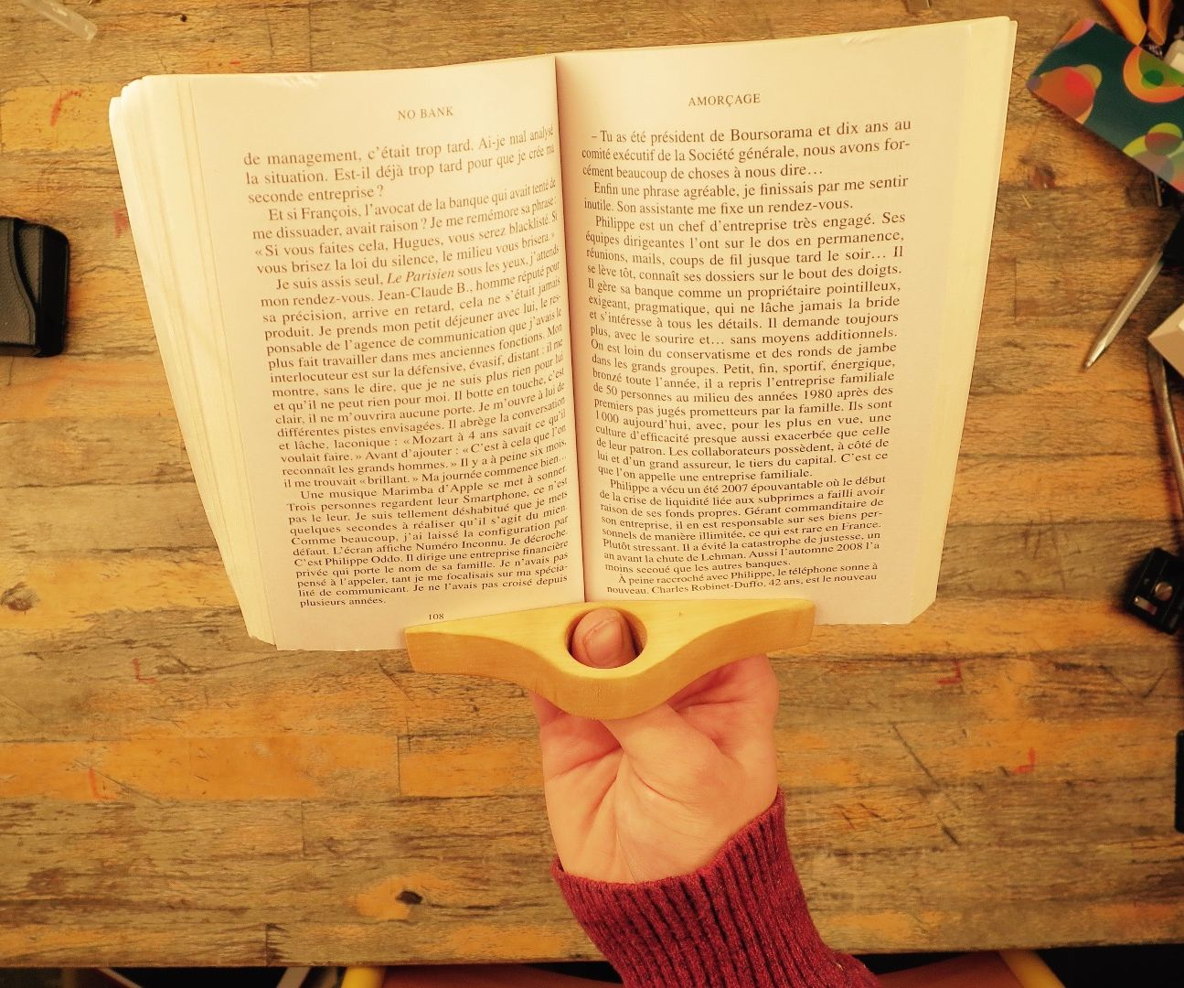 Reading by one hand