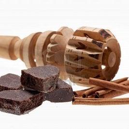 8110593-chocolate-mexicano-con-palos-de-canela-y-madera-de-batidor-de-molinillo.jpg