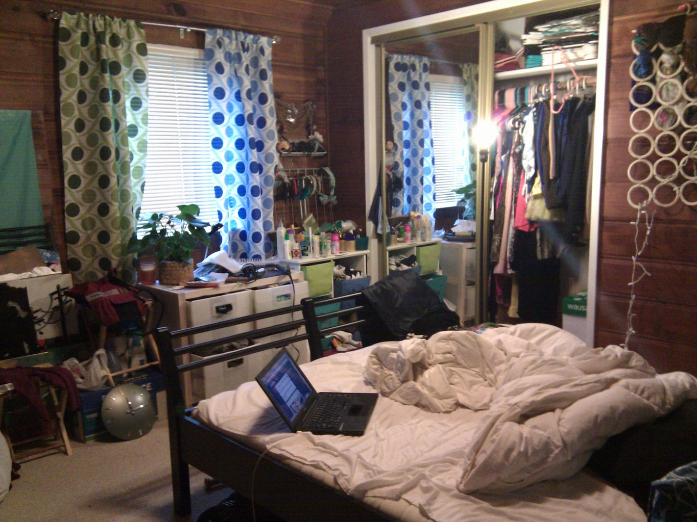A Cabin Room & a Colorful Girl: HELP. Please Vote for Me!
