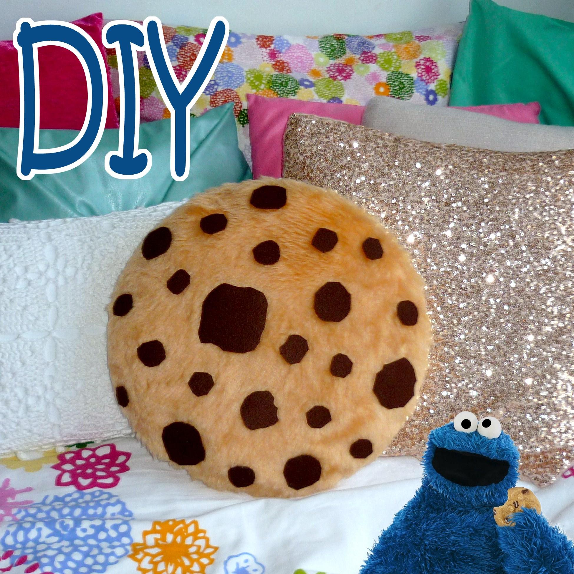 DIY ROOM DECOR ❤ Super simple COOKIE PILLOW! (Sew/No sew)