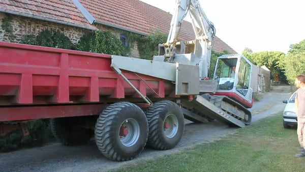 How to Drive an Excavator on to a Farm Trailer. Don't Try This at Home! Conduite Précise. Conducción Precisa