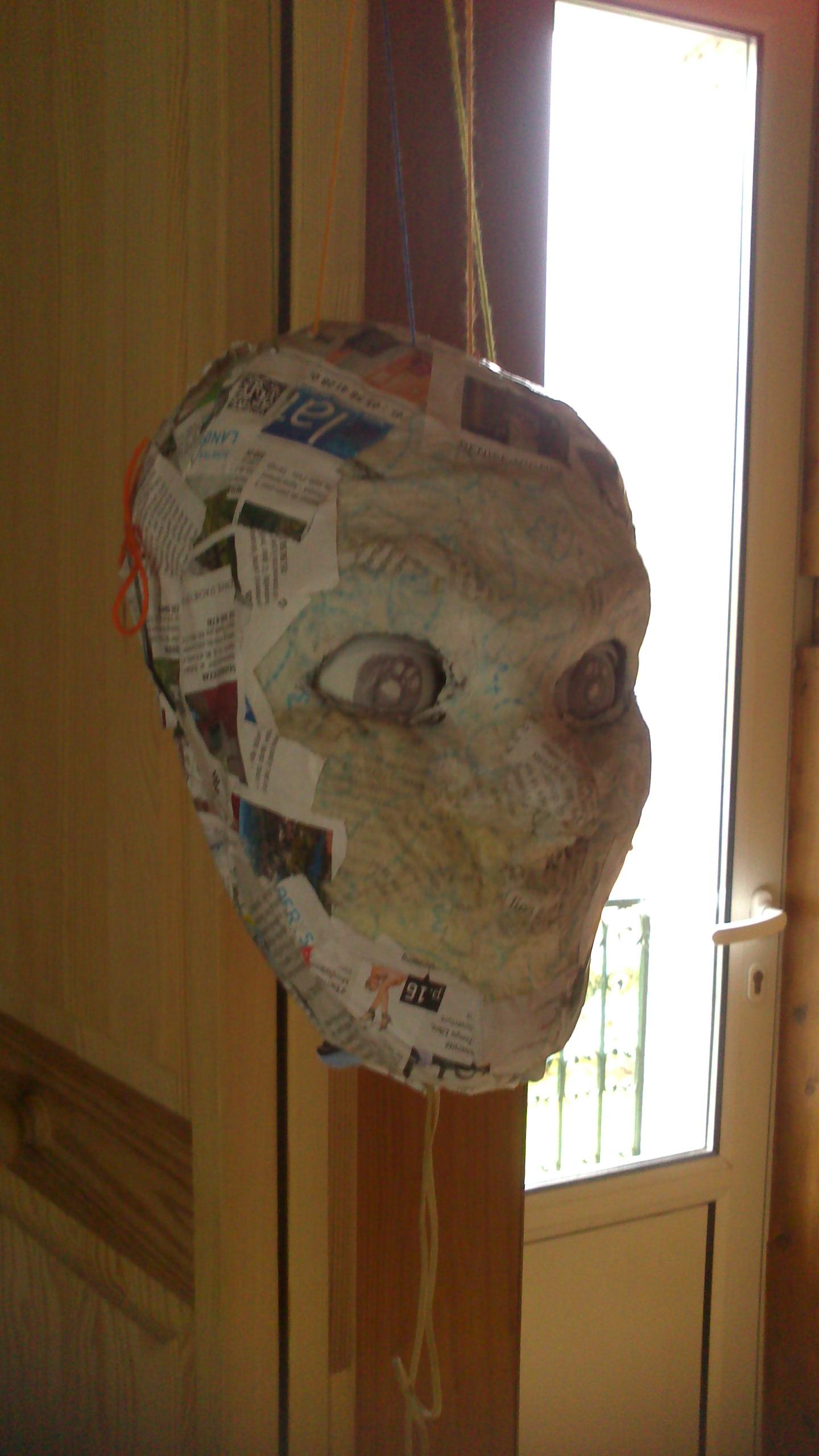 A string-operated puppet with eyes and eyelids moving / Une marionette à fil avec les yeux et les paupières qui bougent.