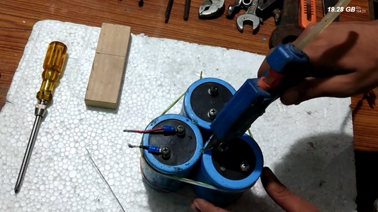 Connecting the Capacitors Together:
