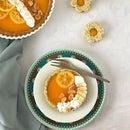 柠檬馅饼用橄榄油,盐和糖果柠檬切片