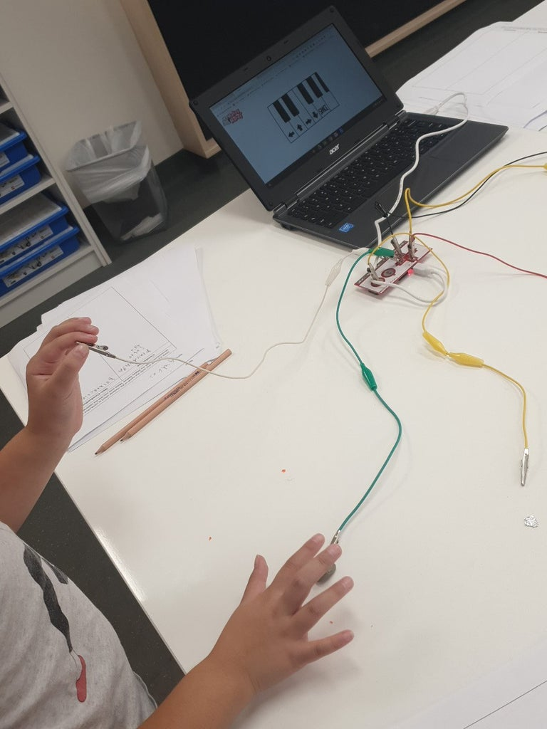 3. Students Put Together Makey Makey and Play With a Circuit