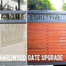 Mejora de la puerta con listones de madera dura y números de casa recortados