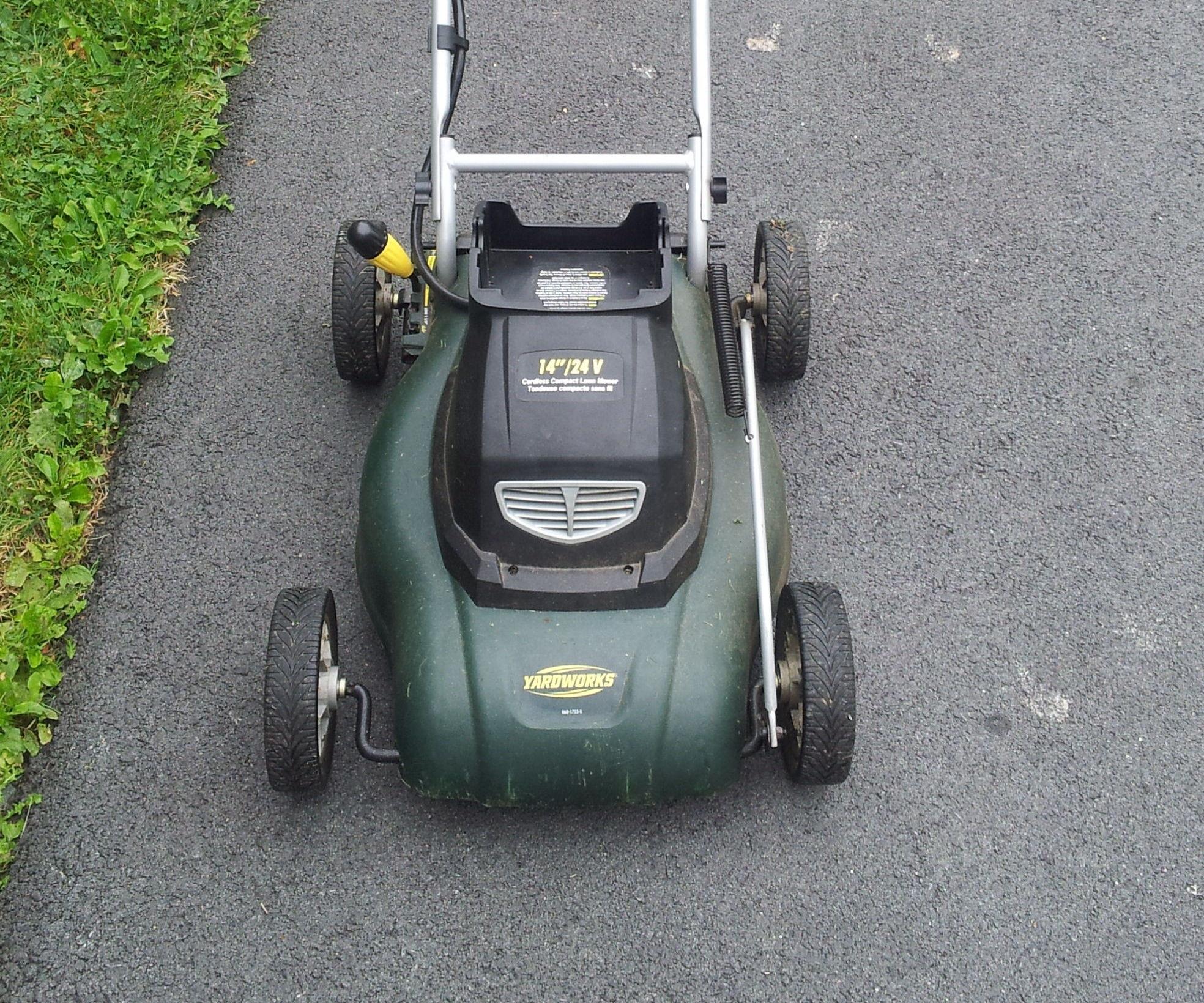 Solar power cordless lawn mower