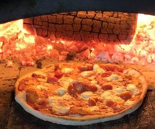 在木头发射烤箱的烹调披萨