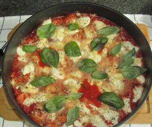 一个锅奶酪培根和番茄gnocchi烘烤