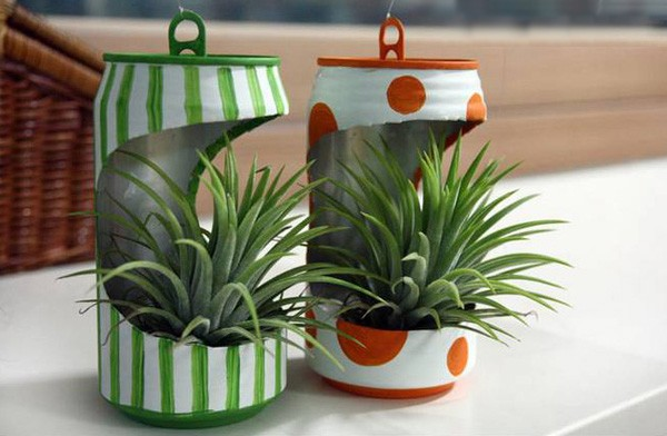 Recycling old tin can into mini flower planter