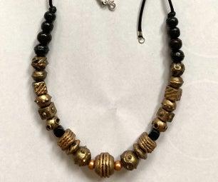 纹理木珠项链。
