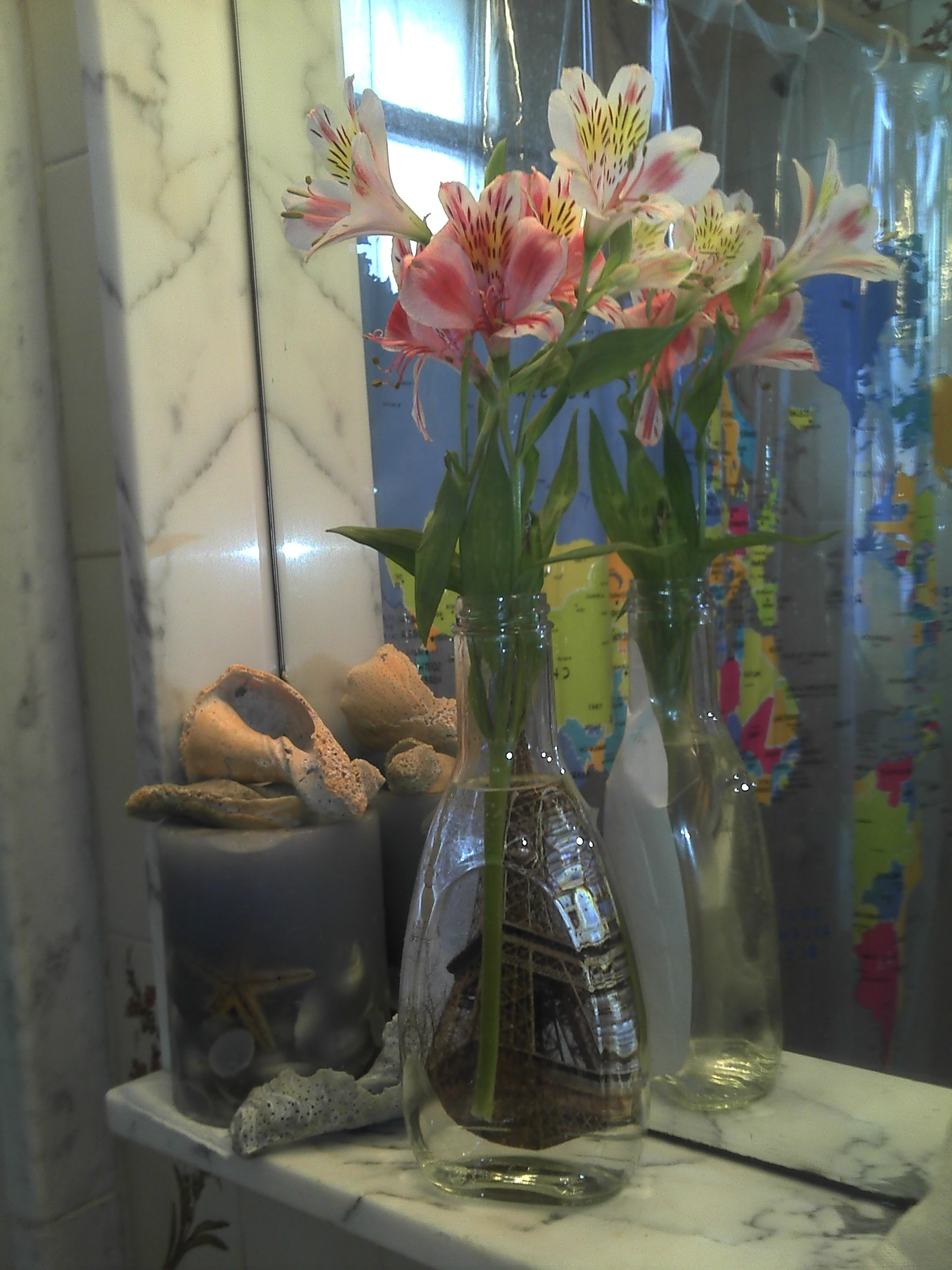 Picture decorated vase from recycled bottle