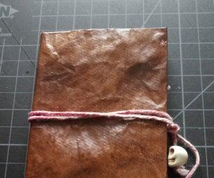 纸袋中的人造皮革书籍