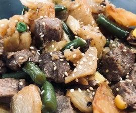 土豆用牛肉和蔬菜在一个锅中