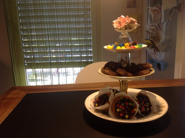 Serve Cupcakes With Style... Make a Fancy Etagere Made Out of Old Dishes