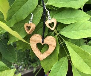 心形橡木项链和耳朵。