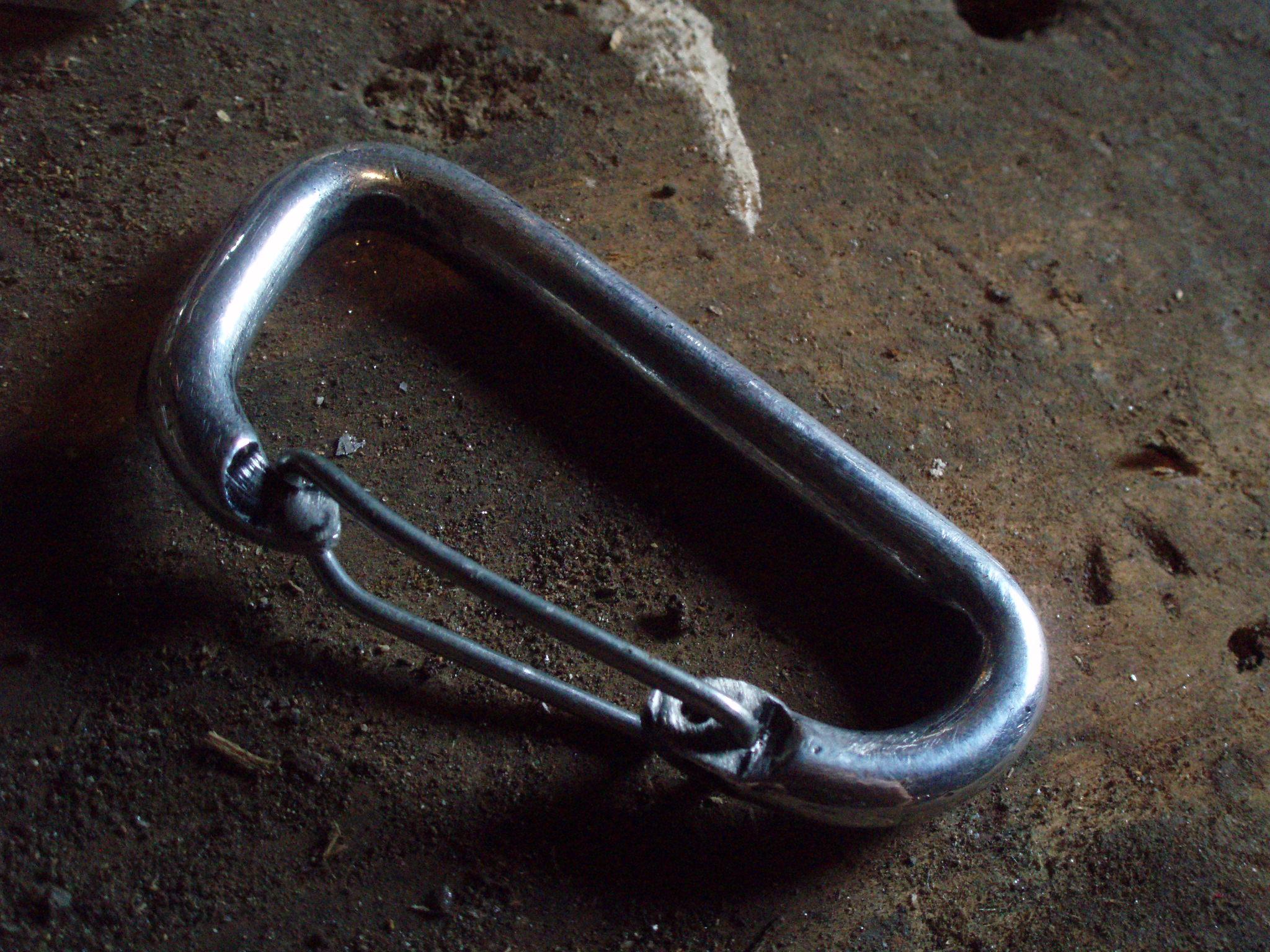 Keychain carabiner: from solidgate to wiregate conversion (De mosqueton cierre solido a alambre)
