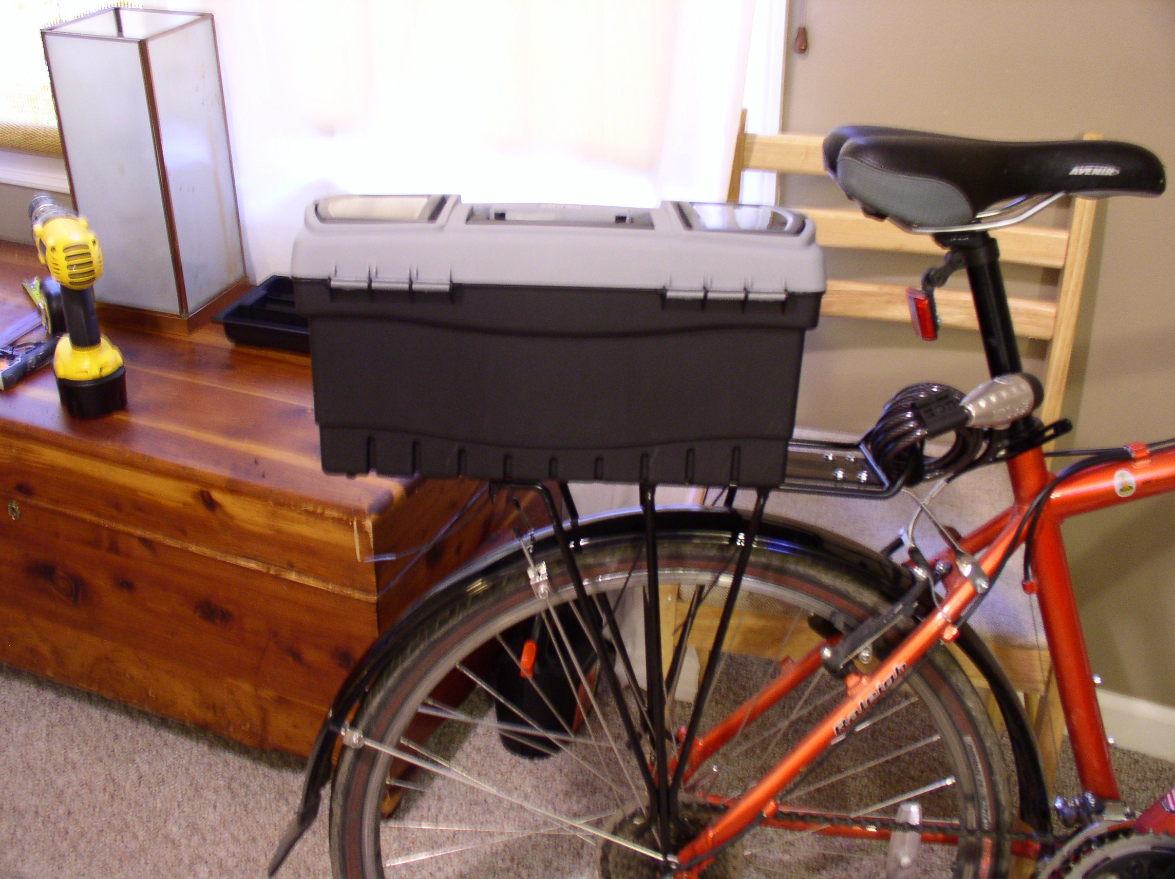 Lockable bicycle trunk