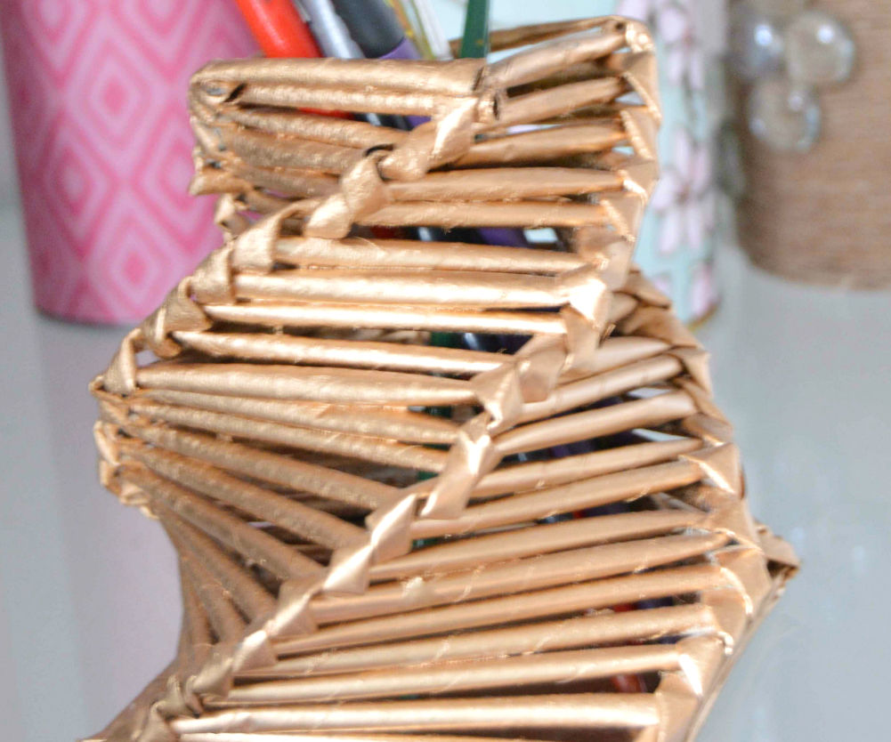 Make a gorgeous pen holder from magazine papers