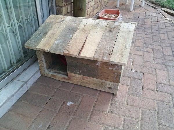 Lola's Doghouse (using Broken Pallets)