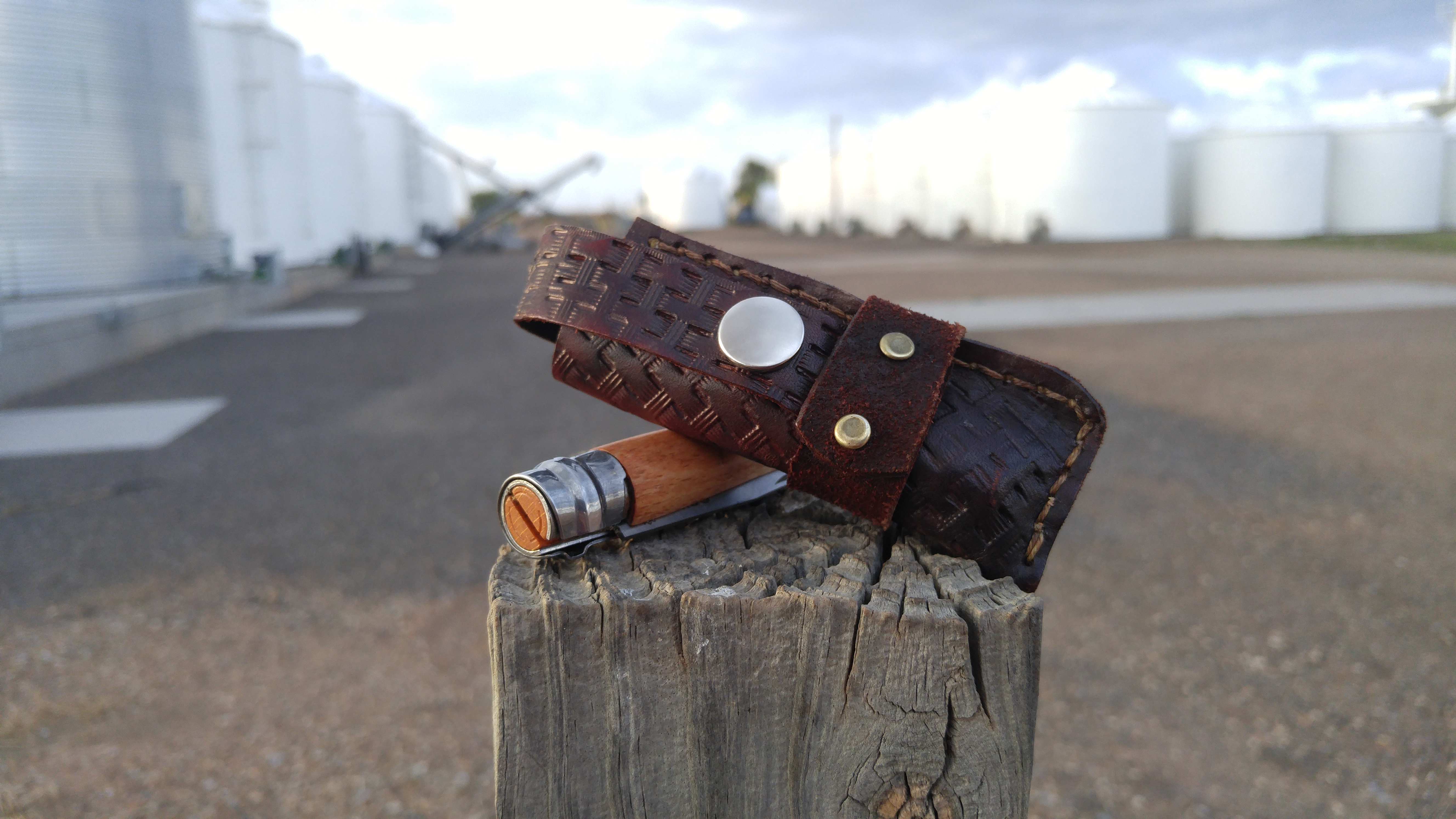 Making simple leather sheath: fold-over western holster style.