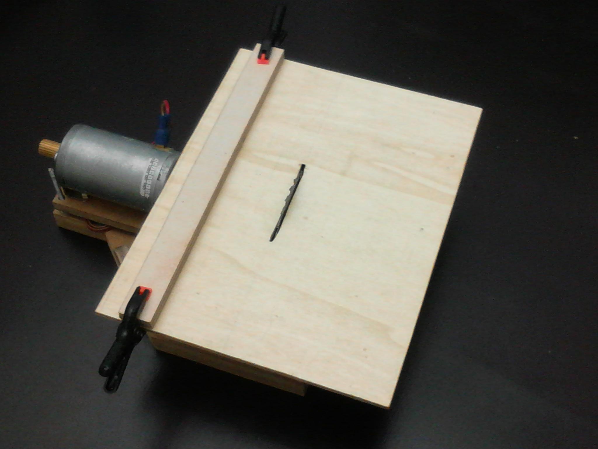Mini circular saw with dc motor