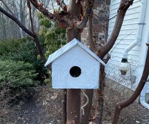 一个homie和safe birdhouse和birdbath!