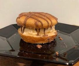 在馅饼制造商中的甜甜圈冰淇淋三明治