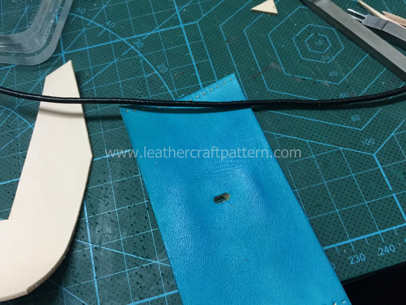 Punch an Oval Hole in the Middle of Belly Leather by Using Oval Punch