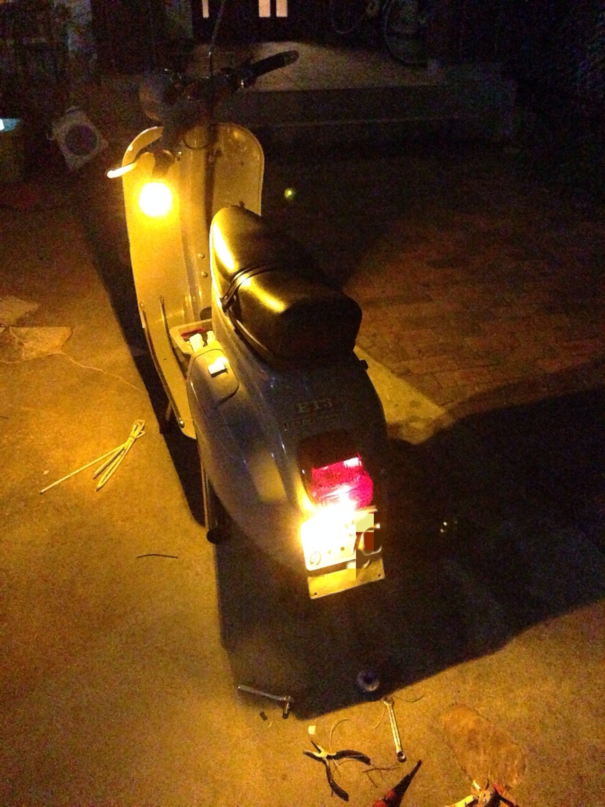 The cheapest and easiest way to upgrade Turn Signal lamps of Vespa Vintage Series(50,100,125 Primavera,ET3) to LEDs.