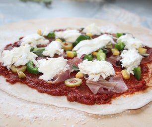 准备披萨基地在燃烧的披萨烤箱中烹饪