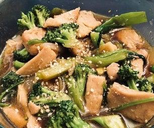 一个锅用蔬菜炒鸡肉