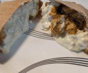 一个锅希腊鸡肉souvlaki