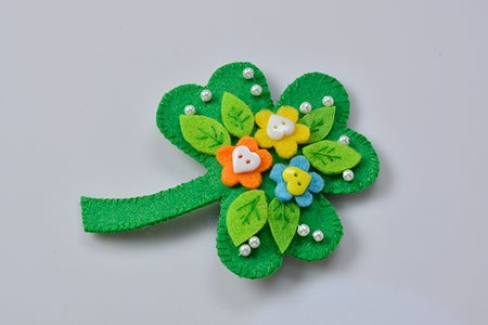 Free Instructions on Making a Green Felt Leaf Brooch With Buttons and Pearls Decorated