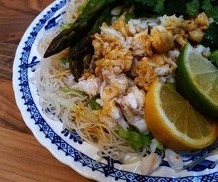 甜美的螃蟹和鳄梨沙拉配绿茶面和大豆酱