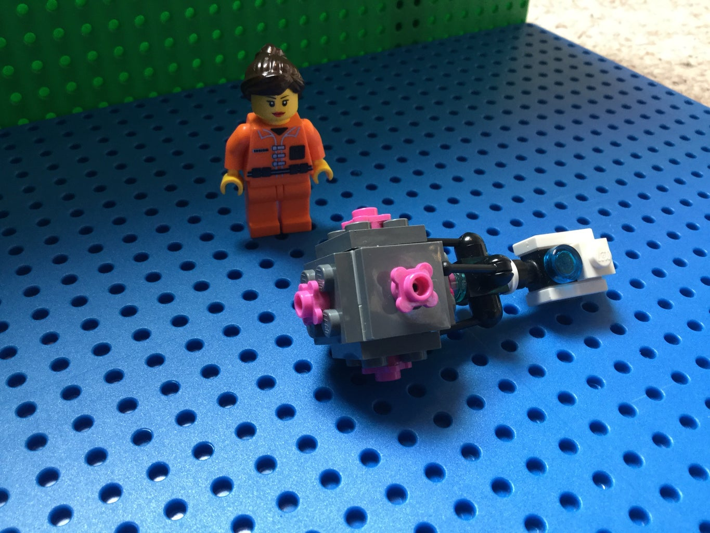 Lego Portal Gun, Chell Figure and Companion Cube