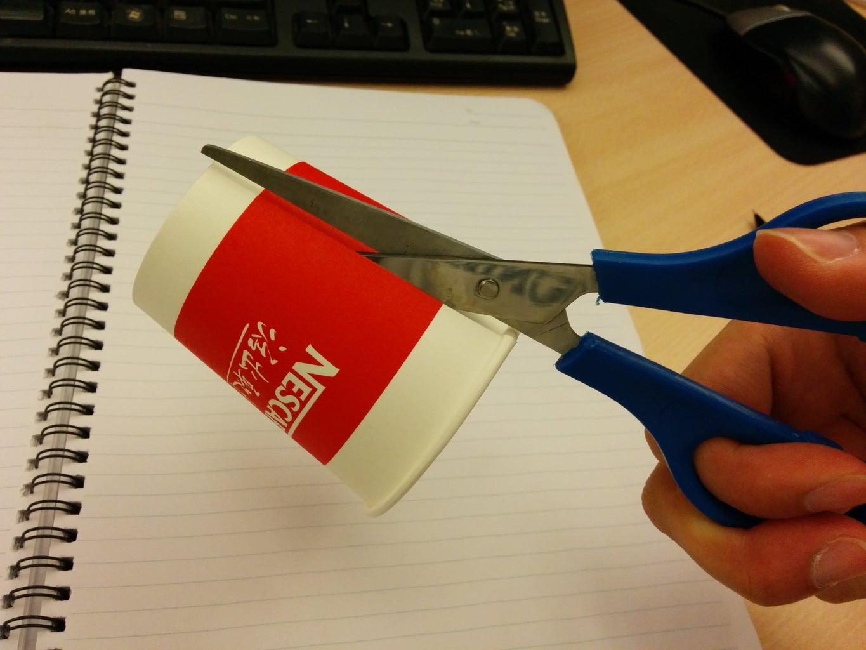 将纸杯剪开