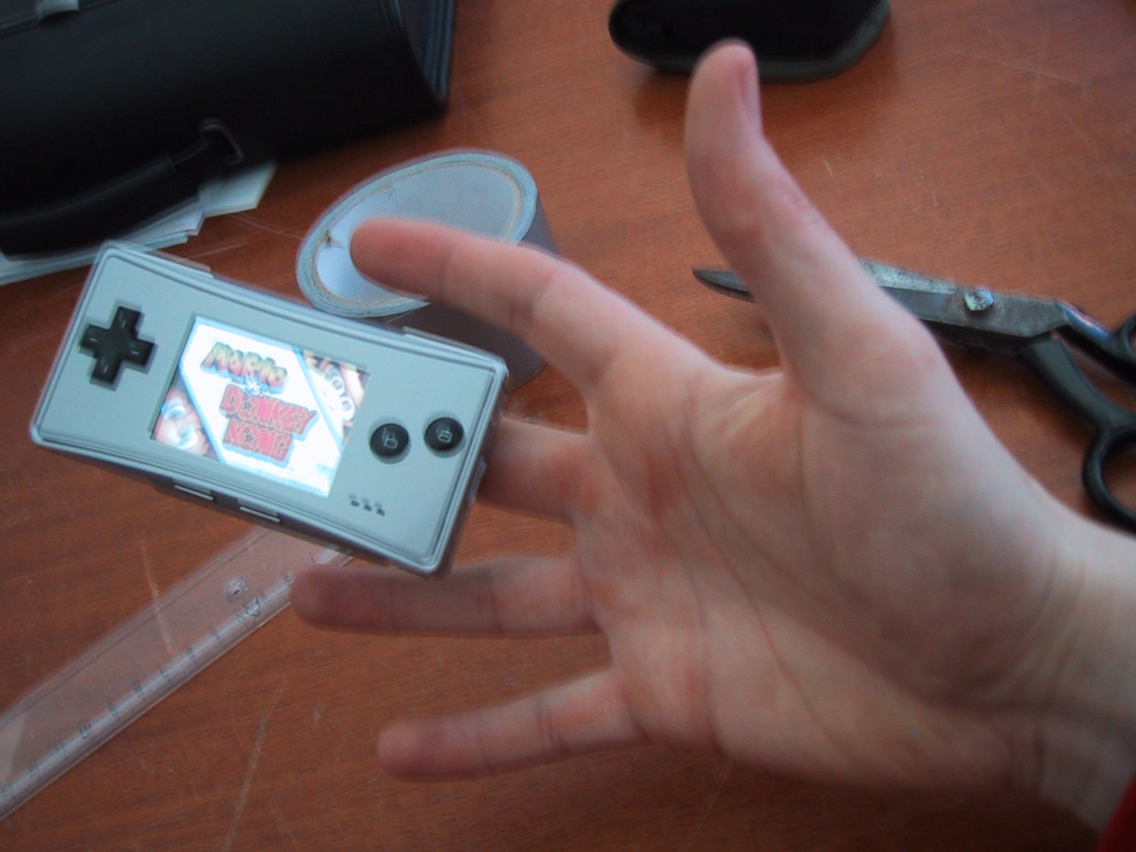 Duct tape fingerhandle for the GameBoy Micro. (english)