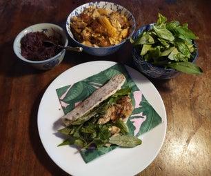 自制的平面面包三明治用泰国烤鸡,新鲜的草本沙拉和焦糖的红洋葱