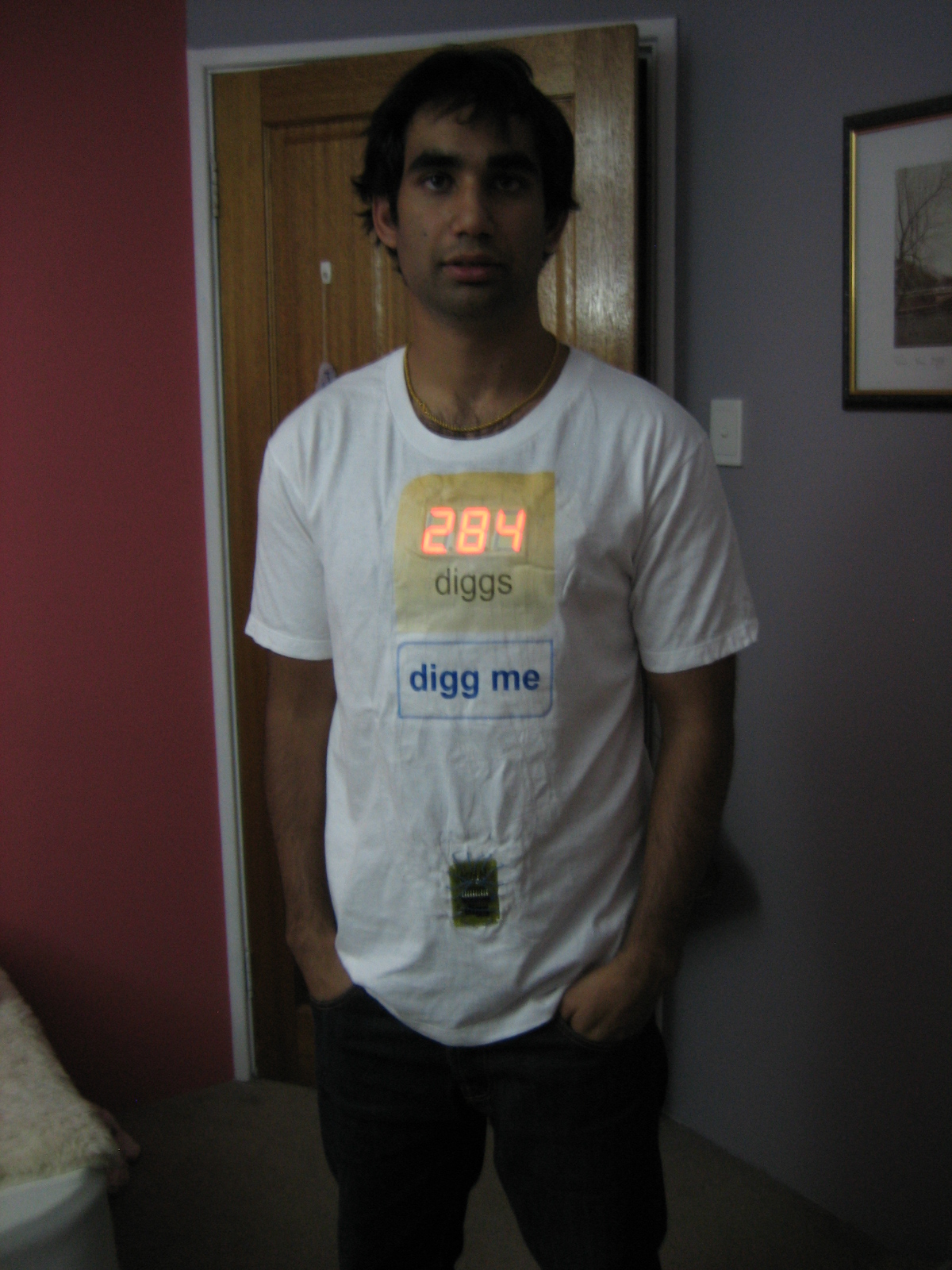 working 'digg me' tshirt using the digg button kit
